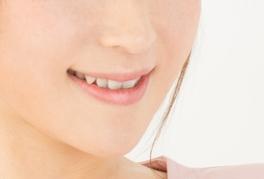 笑顔を練習するアラフォー女性